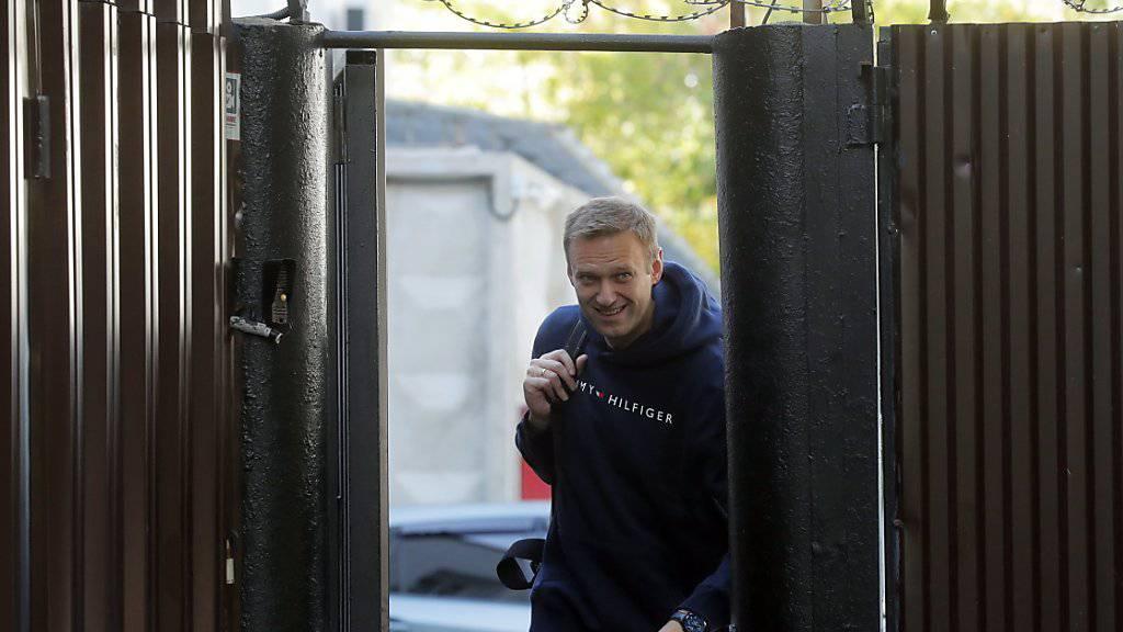 Der russische Oppositionspolitiker Alexej Nawalny verlässt nach einer 30-tägigen Haftstrafe das Gefängnis in Moskau.