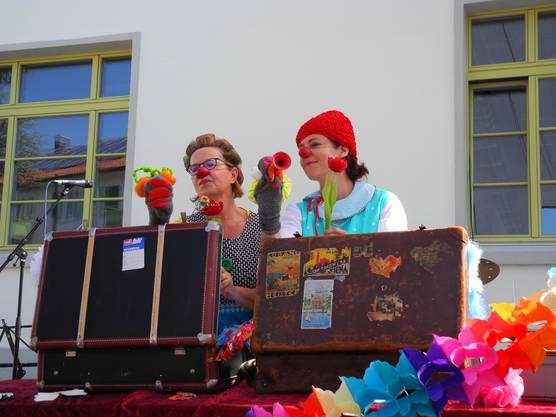 Ein Clownduo bringt am Theatertag die Kinderaugen zum Leuchten.