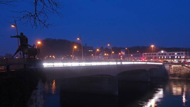Sind die Stunden gezählt? Die im Geländer der Bahnhofbrücke integrierte Beleuchtung steht zur Diskussion Bruno Kissling