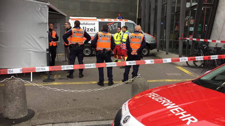 Sowohl Polizei als auch Feuerwehr sind vor Ort.