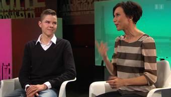 Der hörbehinderte Kevin Schmid und seine Cousine Pascale Bruderer bei «Aeschbacher»