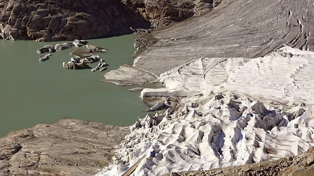 An der Zunge des Rhonegletschers im Kanton Wallis liegt die schweizweit grösste Gletscherschutz-Plane, die etwa die Fläche von sieben Fussballfeldern einnimmt. Sie soll die künstliche Eisgrotte erhalten.