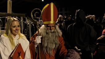 Der Samichlaus, seine Dienerin und der Schmutzli bekamen an der Bergdietiker Waldweihnacht viele schöne Verse zu hören.