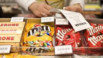 Schokoladeprodukte in der Auslage eines Kiosks der Valora (Archiv)