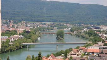 Bad Säckingen (links) und die Rheinlandschaft mit der 1979 eröffneten Fridolinsbrücke (im Vordergrund