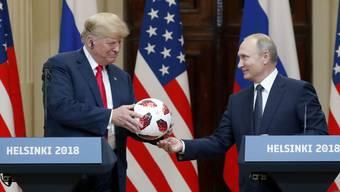 Trump und Putin stehen zusammen.