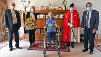 Die Jubilarin mit vl. Gemeindepräsident Rainer Schmidlin, Frau Landammann Brigit Wyss, Standesweibel Fritz Unternährer und Staatsschreiber Andreas Eng.