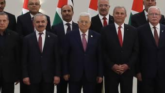 Palästinenserpräsident Mahmud Abbas (vorne Mitte) und die neue Palästinenser-Regierung am Samstag in Ramallah.