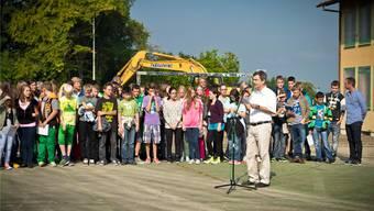 René Roca, Präsident der Kreisschule Rohrdorferberg, eröffnete den historischen Spatenstich mit einer Rede. Annika Bütschi