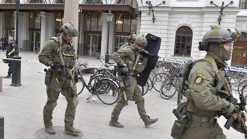 Sicherheitskräfte strömen in der Stockholmer Innenstadt aus - noch ist der Lastwagenfahrer, der den Terroranschlag mit mindestens vier Toten ausführte, nicht gefasst.