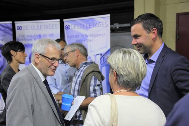 FDP Nationalrat, der Lüsslinger FDP- Kantonsrat und Anlassmoderator im Gespräch mit Besuchern.