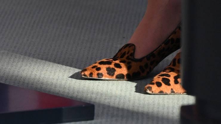 Die Leoparden-Schuhe der britischen Premierministerin Theresa May sind am 20. Juli 2016 in Berlin während ihrer Rede im Bundeskanzleramt zu sehen. Sie wurden zum Gesprächsthema.