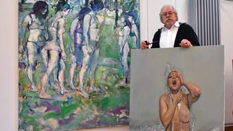 Der Egerkinger Maler posiert mit seinen Werken im eigenen Atelier