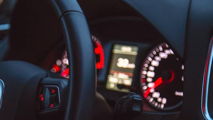 Jugendliche fuhren in einem Auto nachts durch das Oberfreiamt. (Symbolbild)