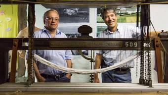 Willi Wyrsch und Hans Rudolf Suter von der Museumskommission zeigen, wie früher Baumwolle gewebt wurde.