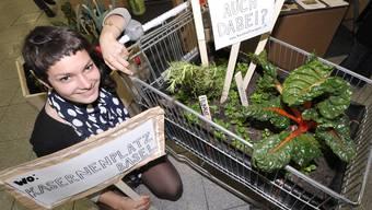 Tilla Künzli präsentiert an der Natur ihre erst im Oktober entstandene Idee des bepflanzbaren «Keinkaufwagens».  Fotos: nicole nars-Zimmer