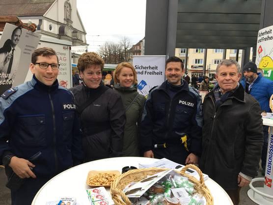 Polizei mit Regierungskandidaten Silvia Steiner, Natalie Rickli, Ernst Stocker