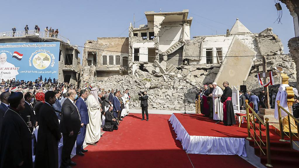 Papst Franziskus nimmt auf dem Hosh al-Bieaa Kirchenplatz zwischen von Granaten zerstörten Gebäuden an einem Gebet für die Opfer des Krieges teil.