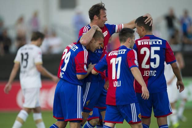 Die Basler um Captain Marco Streller feiern ihren Treffer.