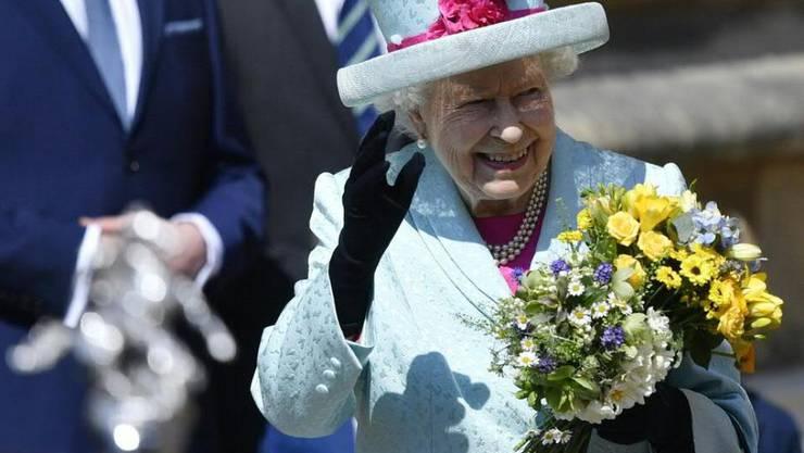 Queen Elizabeth II. verlässt nach dem Ostergottesdienst die St.-Georgs-Kapelle auf dem Gelände von Schloss Windsor.