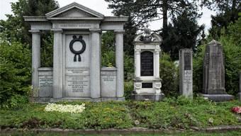 Eine englische Parklandschaft mit uralten Bäumen umschliesst die Grabfelder auf dem Wolfgottesacker. Einst war der Friedhof oval, 1875 wurde er von den Gleisen der Centralbahn zerschnitten.