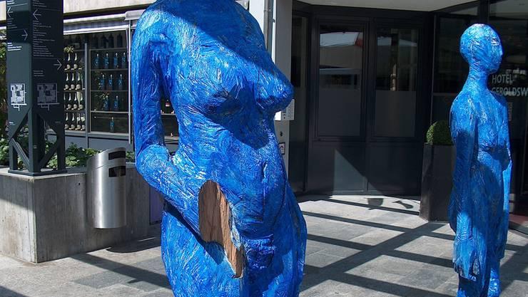Die Skulpturen vor dem Hotel Geroldswil lagen nach der Tatnacht am Boden – bei dieser wurde sogar die Hand abgetrennt.