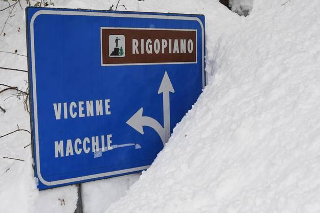 Sehr viel Schnee: Hilfskräfte kämpfen Tag und Nacht für allfällige Überlebende gegen die widrigen Bedingungen.