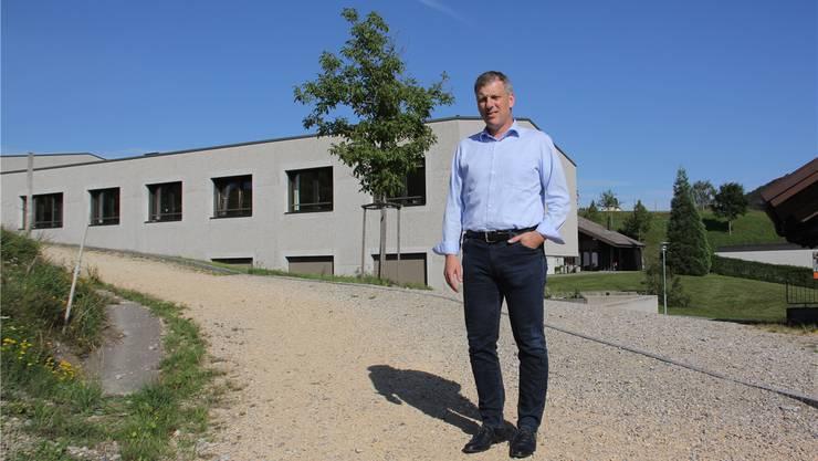 Für Gesamtleiter Roger Willen ist das Schulheim Effingen wie ein kleines Dorf mit Wohnhäusern, Schule, Natur und Tieren. Bild: Claudia Meier