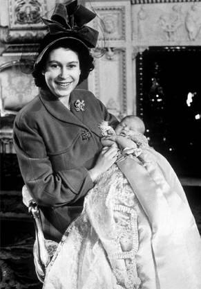 Elizabeth, noch als Prinzessin, kurz nach Charles' Geburt 1948.