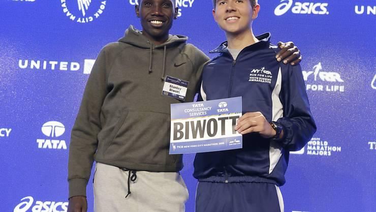 Der Sieger Stanley Biwott (links) bei der Übergabe der Startnummer