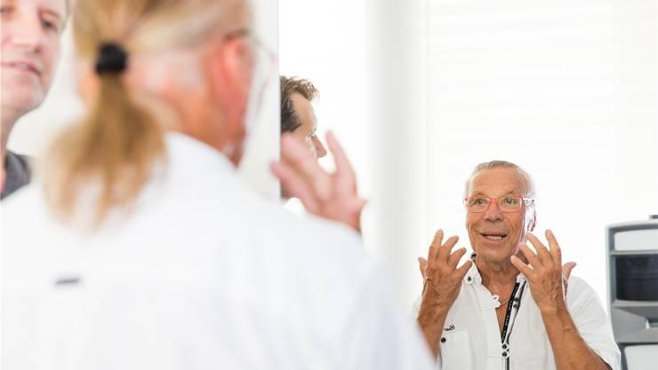 Kurt Oberländer erläutert Facharzt Sascha Dunst (l.), was er an seinem Gesicht geändert haben möchte. Der Eingriff findet am kommenden Montag statt.