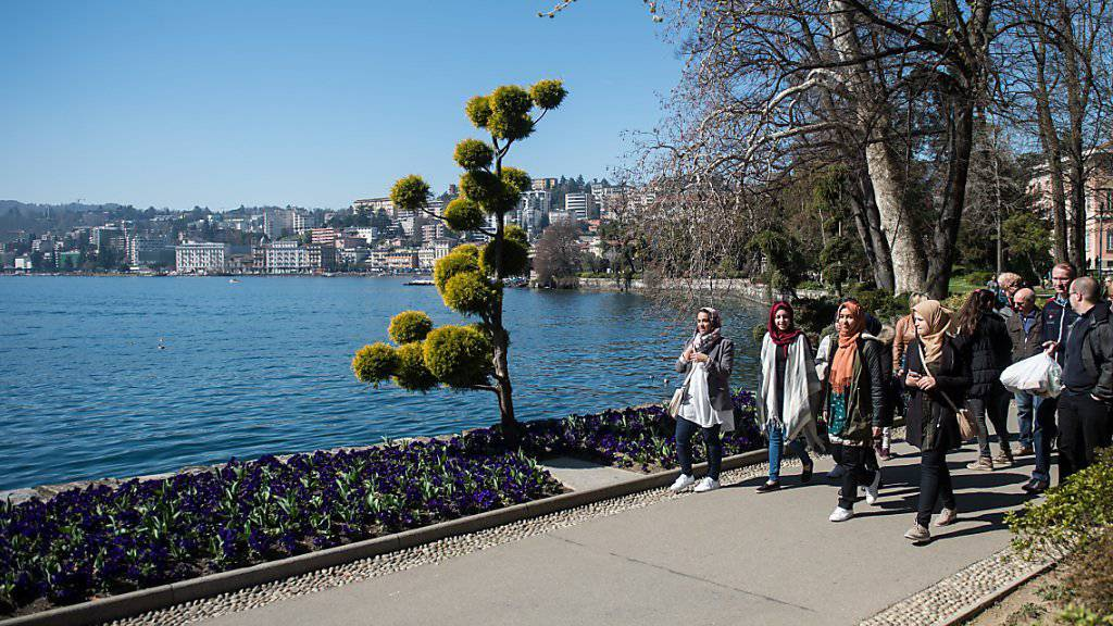 Prächtigstes Wetter am Karsamstag: Touristen im Ciani-Park in Lugano. (Symbolbild)