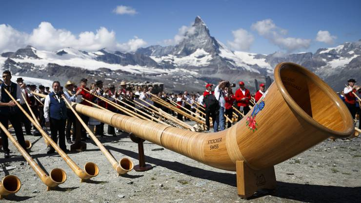 Das Super-Alphorn ist 14 Meter lang und 250 Kilogramm schwer und landete mit «Here comes the Hörn» in den Schweizer Charts. Im Bild ein Auftritt auf dem Gornergrat. Jetzt kommt es nach Weiningen.