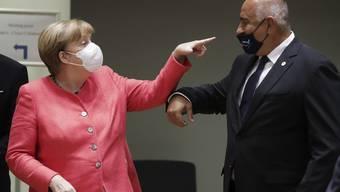 «Du trägst die Maske falsch», sagt die Deutsche Bundeskanzlerin hier wohl. Angela Merkel und Bojko Borissow am EU-Gipfel in Brüssel.