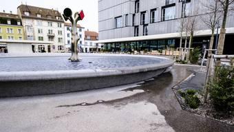 «Wie ein schiefer Teller»: Beim Meret Oppenheim-Brunnen beim Südausgang des Bahnhofs SBB schwappt das Wasser regelmässig über.