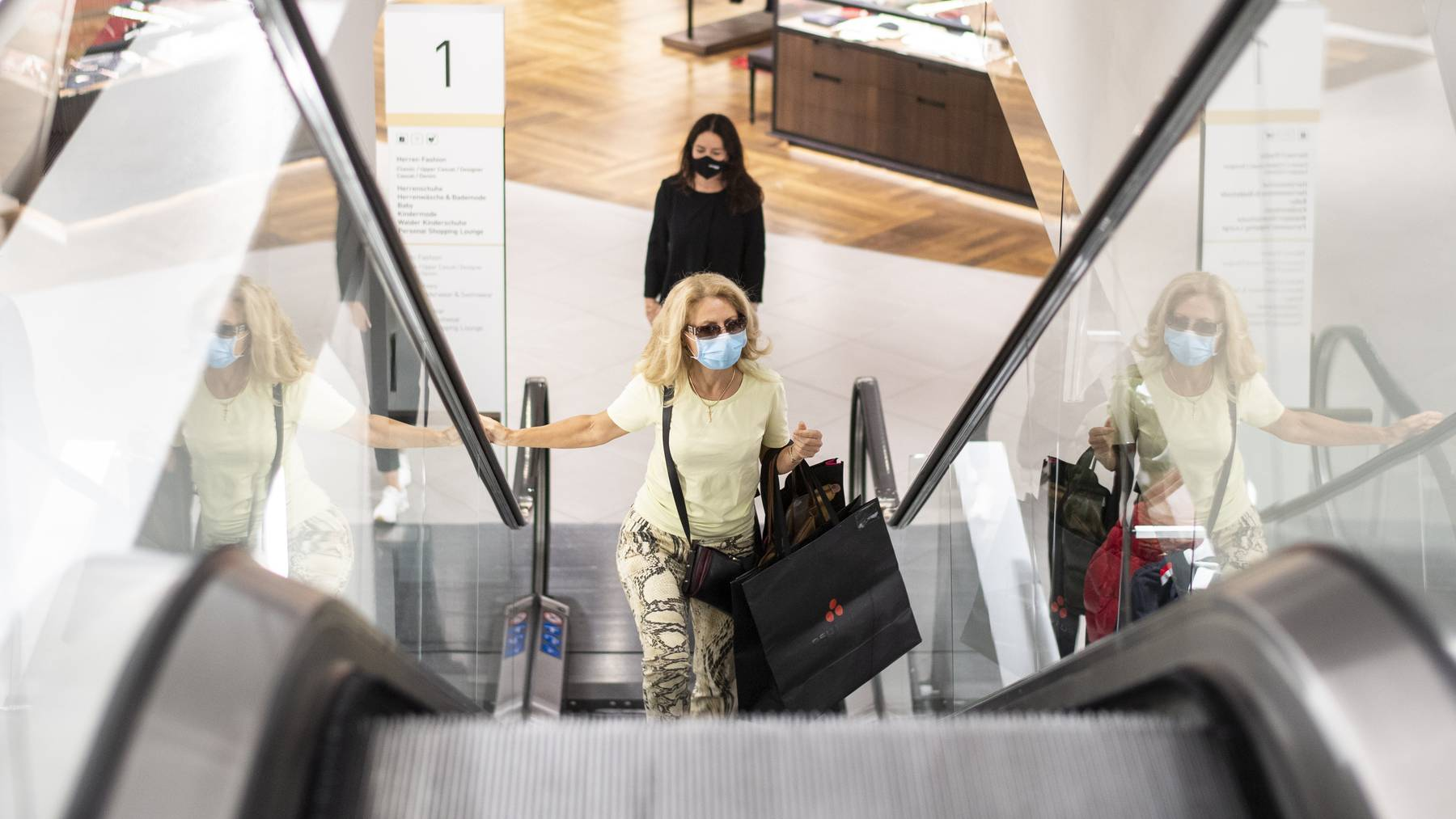 Zum Beispiel Zürich: Hier gilt bereits eine Maskentragepflcht beim Einkaufen. In einer Umfrage stützt nun die Bevölkerung diese Form von Massnahme.