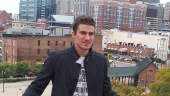 Roman Josi vor der überschaubaren Skyline von Nashville.