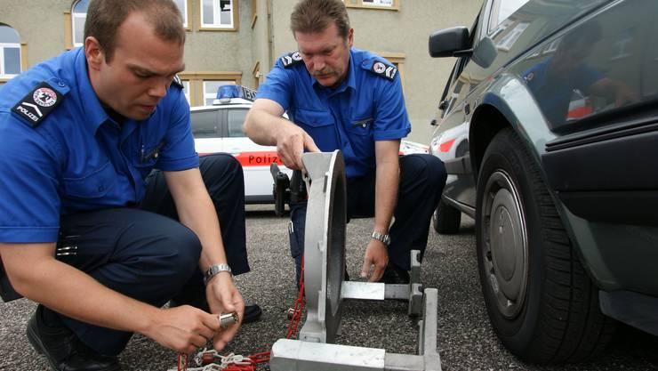 Links liegen gelassen: Die Dorfpolizisten – hier aus Münchenstein – erfahren von wichtigen Vorkommnissen in ihren Gemeinden nichts oder erst auf Umwegen – weil sie nicht ans Funknetz der Kantonspolizei angeschlossen sind.