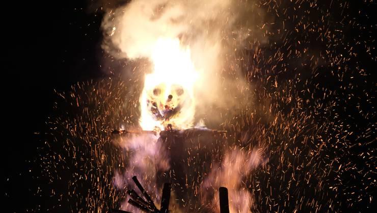 Der Böögg hat Feuer gefangen. Als es so weit war, verbrannte er dieses Jahr besonders schnell.