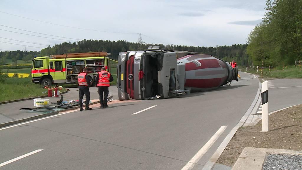Chauffeur bei Unfall mit Betonmischer schwer verletzt