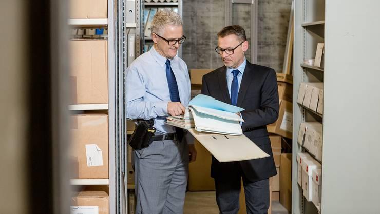 «Wir können nicht den Anspruch haben, alles lückenlos zu belegen»: Die Wirtschaftsermittler Jürg Balz (links, mit Polizeiwaffe) und Adrian Schulthess im Archiv.