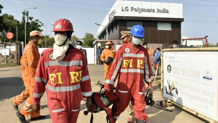 Feuerwehrmänner im Einsatz nach einem Gasunglück in einer Chemiefabrik in Indien. Mindestens acht Menschen kamen ums Leben, 700 bis 800 weitere wurden mit Augenreizungen und Atembeschwerden ins Spital gebracht.