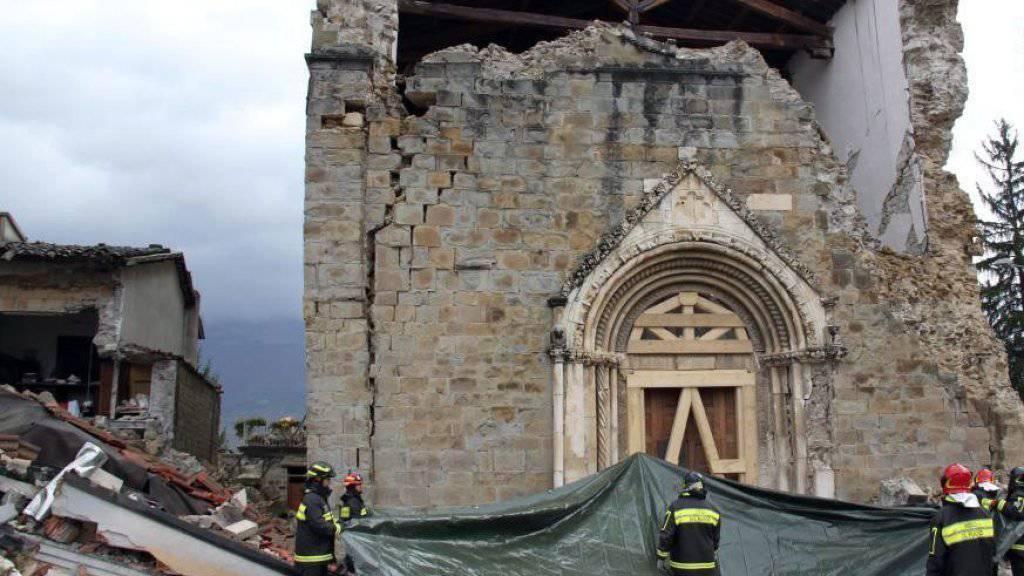 Nach den schweren Erdbeben versuchen die italienischen Behörden, von den beschädigten Kirchen und den darin befindlichen Kunstschätze zu retten, was zu retten ist.