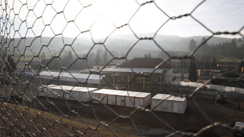 An der slowenisch-österreichischen Grenze im Gebiet von Spielfeld wird ein bis zu vier Meter hoher Grenzzaun gebaut (Archiv)