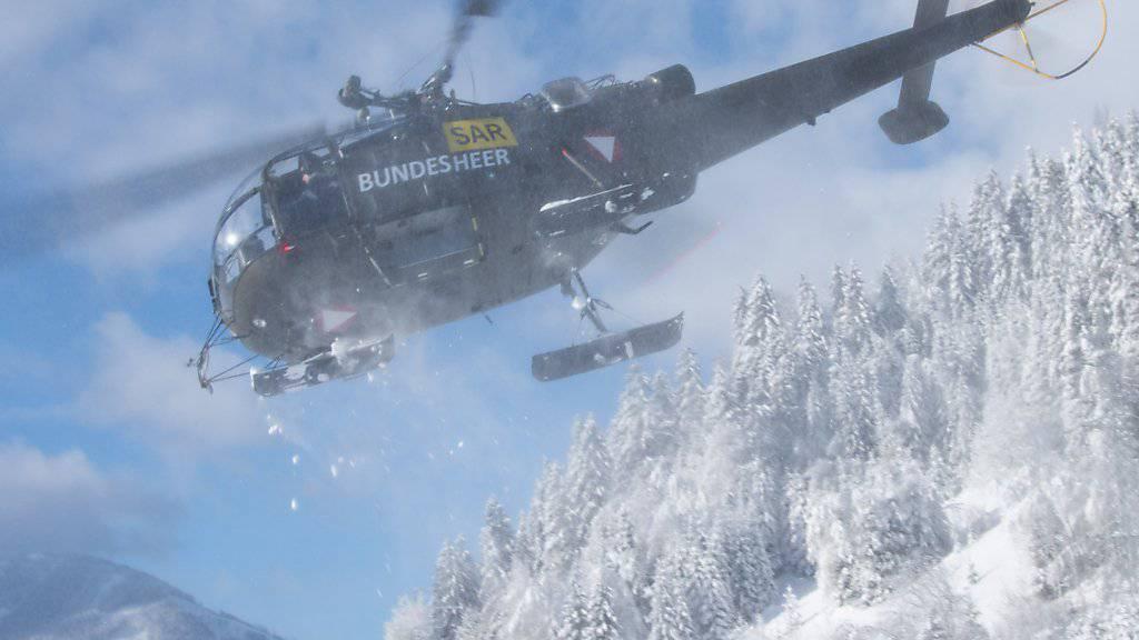 Hubschrauber der österreichischen Bundeswehr sind im Einsatz in Hall bei Admont in der Steiermark, um aus der Luft Unterstützung zu leisten und Schnee von den Bäumen zu entfernen. Im Fachjargon nennt sich das «Downwash».