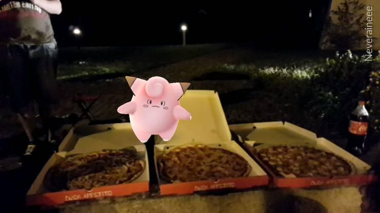 Die Pokémons tauchen auch beim Pizza-Schmaus auf.