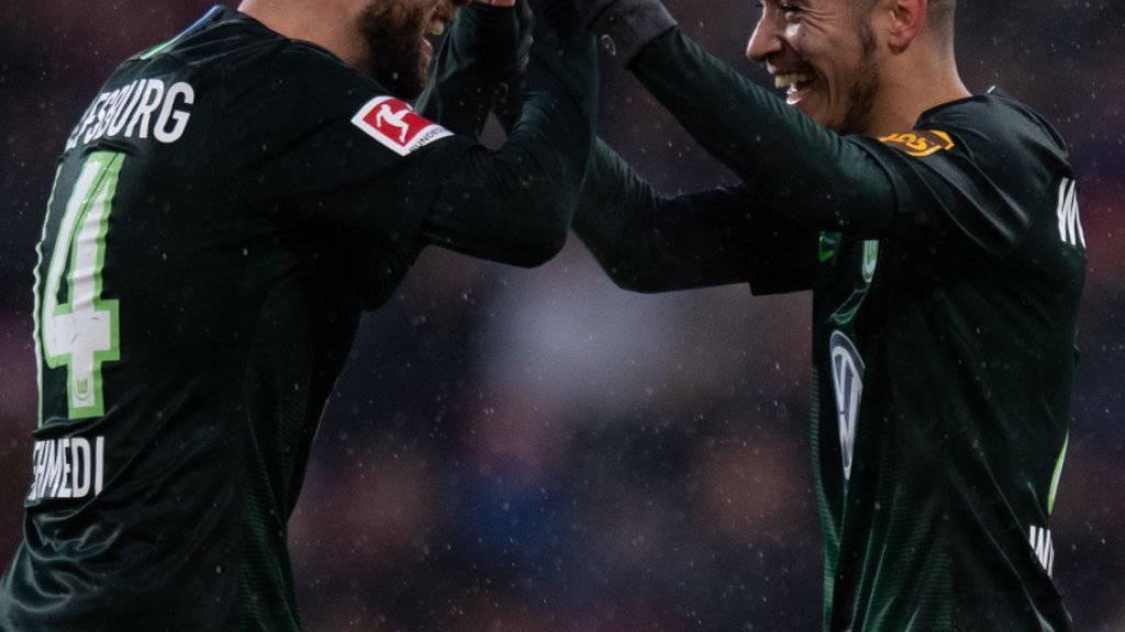 Torschütze William (rechts) und Passgeber Admir Mehmedi freuen sich nach Wolfsburgs 2:0