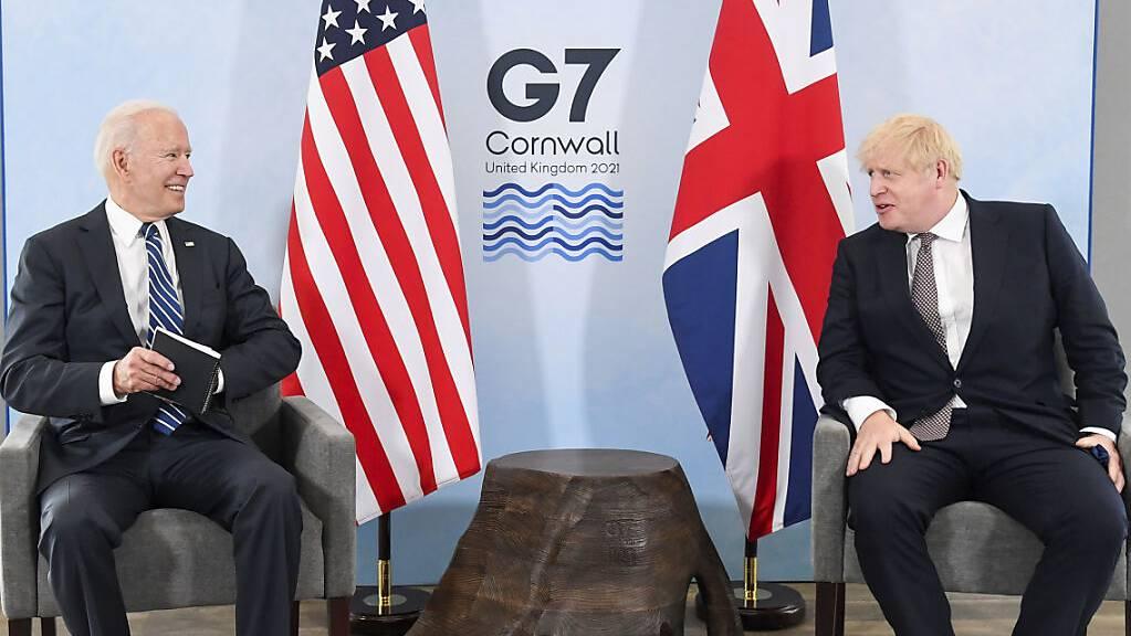 US-Präsident Joe Biden (l) und Grossbritanniens Premierminister Boris Johnson (r) sitzen während eines gemeinsamen Treffens vor dem G7-Gipfel in Carbis Bay in Cornwall zusammen.