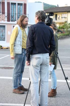 Der Autor Peter Weingartner (links) im Gespraech mit dem Fernsehen