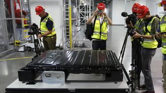 Herzstück des Tesla: Eine Batterie für das Elektroauto wird in Nevada präsentiert - im September soll das neuste Tesla-Model auf den Markt kommen. (Archivbild)